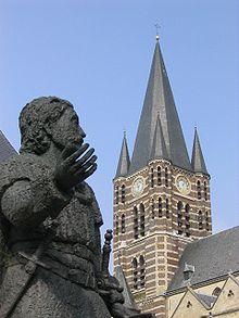 Hl. Ansfried mit Abteikirche